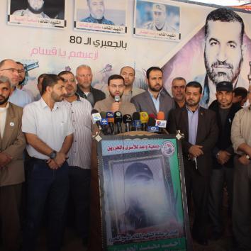 محرري صفقة وفاء الأحرار أثناء زيارة منزل الشهيد القائد أحمد الجعبري