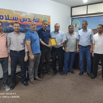 وفد من إعلام الأسرى يزور إذاعة صوت الأقصى تهنئتاً للأستاذ عماد زقوت لتوليه منصب مدير الإذاعة